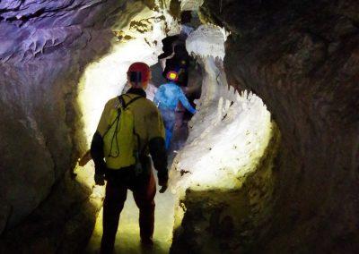 Marche dans la rivière souterraine Creux de la cavale