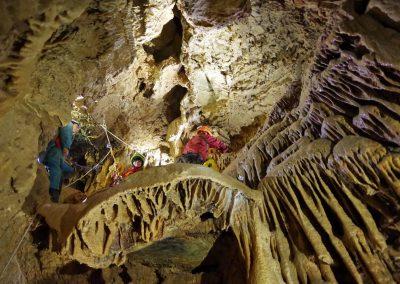 Vire dans les concrétions - grotte des Eymards
